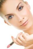 Donna con rossetto dentellare Immagine Stock