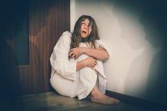 Donna con schizofrenia a stanza con le ombre della gente Immagini Stock