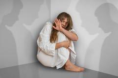 Donna con schizofrenia a stanza con le ombre della gente Immagini Stock Libere da Diritti