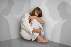 Donna con schizofrenia a stanza con le ombre della gente Fotografia Stock