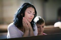 Donna con suo pregare del figlio Fotografia Stock Libera da Diritti
