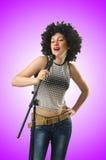 Donna con taglio di capelli di afro su bianco Immagini Stock