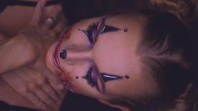 Donna con trucco di Halloween del pagliaccio stock footage
