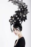 Donna con trucco fantastico ed il cappello bizzarro immagini stock