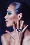 Donna con trucco in gioielli di lusso Fotografia Stock Libera da Diritti