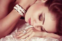 Donna con trucco in gioielli di lusso Immagini Stock