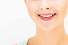 Donna con trucco naturale su un sorridere leggero del fondo Immagine Stock