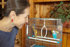 Donna con un animale domestico in una gabbia fotografia stock libera da diritti