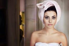 Donna con un asciugamano in sua testa Fotografie Stock Libere da Diritti