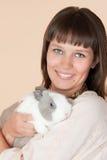 Donna con un bello coniglio Immagini Stock
