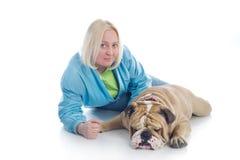 Donna con un bulldog di inglese del cane   Fotografie Stock