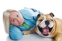 Donna con un bulldog inglese del cane isolato Fotografie Stock Libere da Diritti