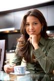Donna con un caffè Fotografia Stock
