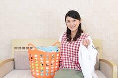 Donna con un canestro di lavanderia fotografia stock libera da diritti