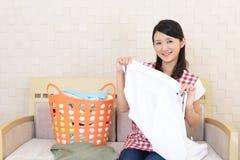 Donna con un canestro di lavanderia immagini stock libere da diritti