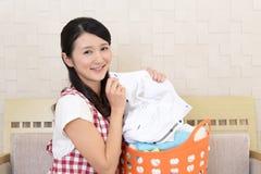 Donna con un canestro di lavanderia fotografia stock