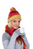 Donna con un cappuccio caldo con tè caldo Fotografie Stock Libere da Diritti