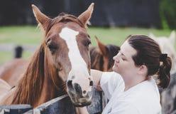 Donna con un cavallo immagine stock libera da diritti
