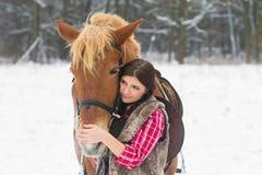 Donna con un cavallo la neve Immagine Stock