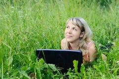 Donna con un computer portatile Immagini Stock Libere da Diritti