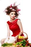 Donna con un concetto di pasqua della molla del coniglietto, delle uova e dei fiori fotografia stock libera da diritti