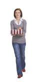 Donna con un contenitore di regalo Immagini Stock