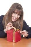 Donna con un contenitore di regalo rosso Fotografie Stock Libere da Diritti