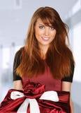 Donna con un contenitore di regalo rosso Fotografia Stock