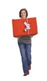 Donna con un contenitore di regalo rosso Immagine Stock