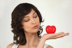 Donna con un cuore Immagine Stock
