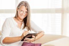 Donna con un diario fotografia stock