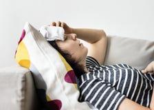 Donna con un freddo e una febbre alta Fotografia Stock Libera da Diritti
