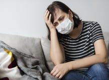 Donna con un freddo e una febbre alta Fotografie Stock Libere da Diritti