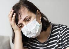 Donna con un freddo e una febbre alta Fotografie Stock