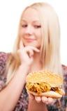Donna con un hamburger Fotografia Stock Libera da Diritti