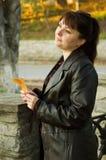 Donna con un leafe Immagini Stock