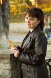 Donna con un leafe Fotografia Stock Libera da Diritti