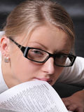 Donna con un libro aperto Immagini Stock