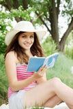 Donna con un libro a disposizione Immagini Stock