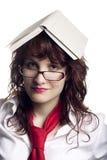Donna con un libro sulla sua testa Immagini Stock Libere da Diritti