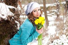 Donna con un mazzo dei fiori alla sosta Immagini Stock