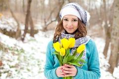 Donna con un mazzo dei fiori alla sosta Immagine Stock