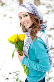 Donna con un mazzo dei fiori alla sosta Fotografia Stock Libera da Diritti