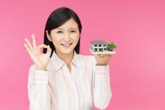 Donna con un modello dell'alloggio fotografie stock libere da diritti