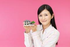 Donna con un modello dell'alloggio immagine stock libera da diritti