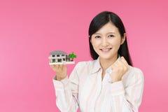 Donna con un modello dell'alloggio immagine stock