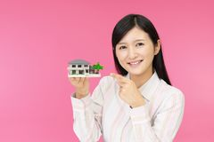 Donna con un modello dell'alloggio immagini stock