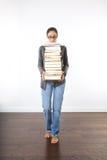Donna con un mucchio dei libri Fotografia Stock Libera da Diritti