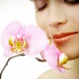 Donna con un'orchidea - primo piano del fronte Fotografia Stock Libera da Diritti