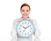 Donna con un orologio Fotografia Stock Libera da Diritti